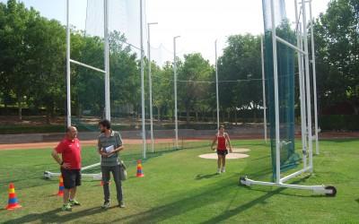 Instalada la jaula de lanzamiento para atletismo en el polideportivo