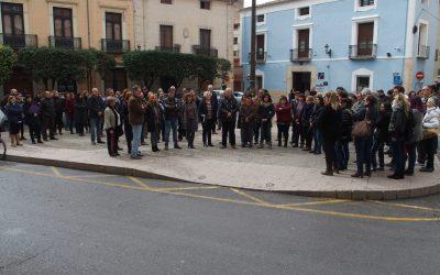 Alrededor de 70 personas se reúnen frente a la violencia machista