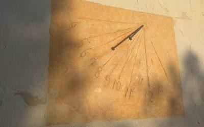 Presentación del reloj de sol restaurado en la Sierra Salinas