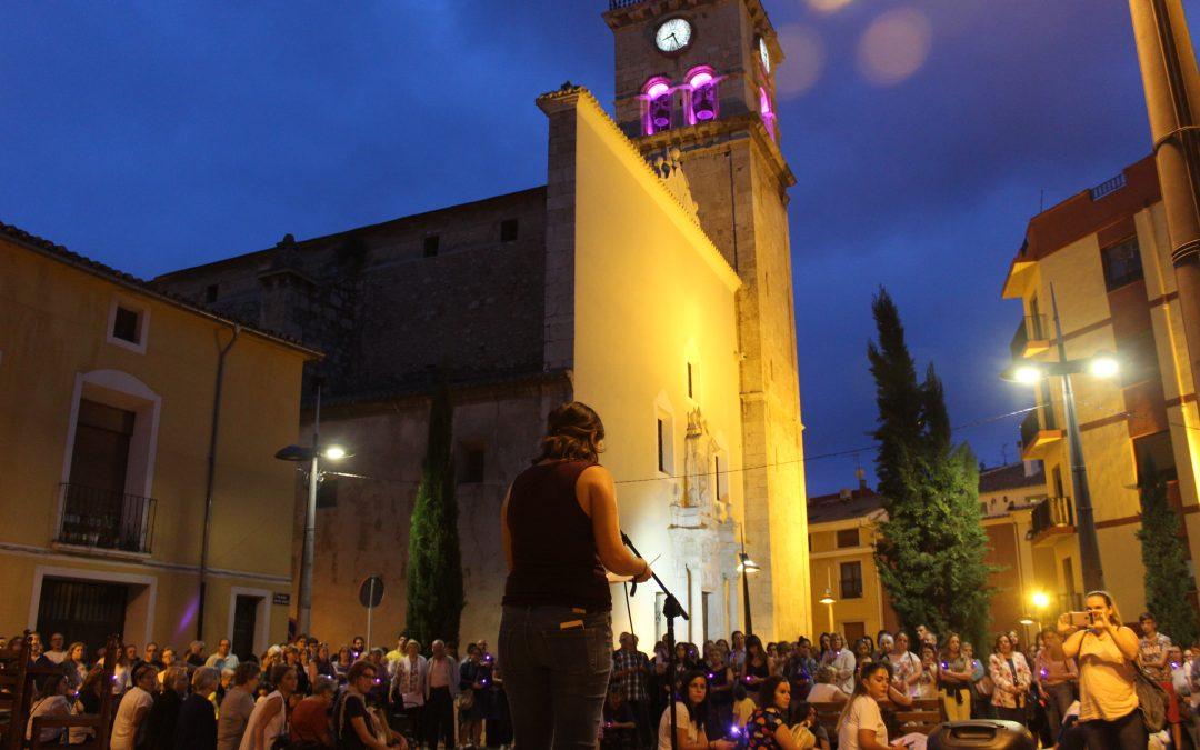 Villena se tiñe de violeta por la concentración del 20S