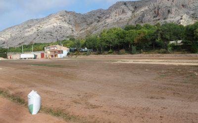 Iniciada la resiembra del campo de césped del polideportivo tras los festivales